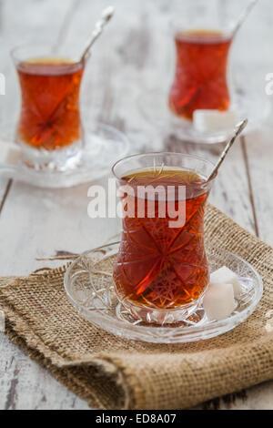Türkischer Tee serviert im traditionellen Gläser auf weißem Holz Hintergrund - Stockfoto