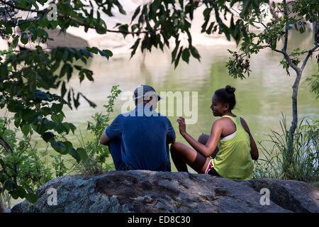 US-Präsident Barack Obama teilt sich einen ruhigen Moment mit seiner Tochter Sasha während Vater und Tochter Wanderung - Stockfoto