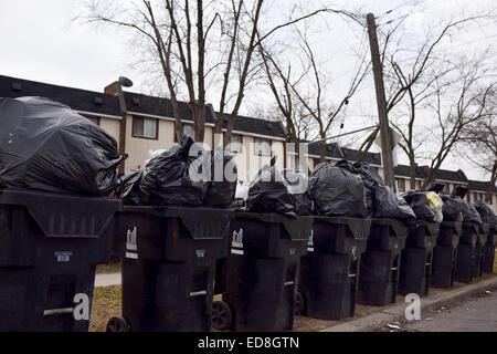 In Reihe von Lagerplätzen auf Straße warten auf Abholung hoch aufgetürmt Müll überfüllt Stockfoto