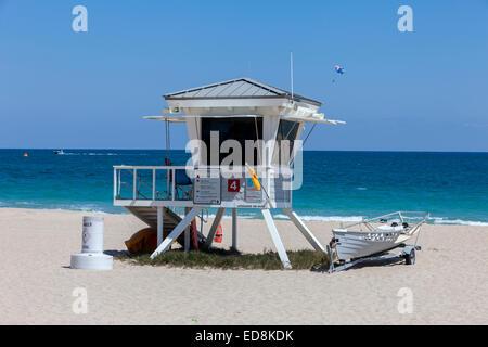 Ft. Lauderdale, Florida. Beach Szene. Rettungsschwimmer Tierheim, Parasailor im Hintergrund. - Stockfoto