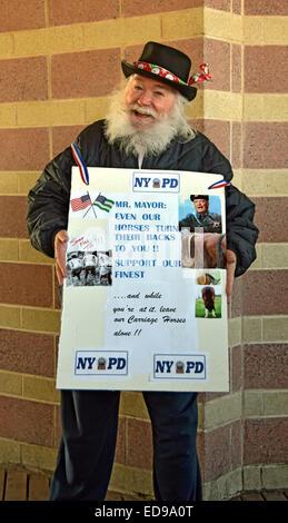 Ein Demonstrant gegen NYC Bürgermeister Bill De Blassio an der jährlichen Eisbären New Years Day schwimmen in Coney - Stockfoto