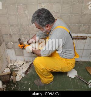Erwachsenen Arbeitnehmer Entfernen Alte Fliesen In Einem Badezimmer