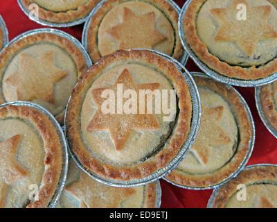 Sweet Mince Pies mit Davidstern in Gebäck zu Weihnachten auf einem roten Tisch - Stockfoto