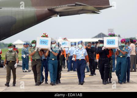 Surabaya, Ost-Java, Indonesien. 3. Januar 2015. SURABAYA, INDONESIEN - JANUAR 03. Indonesische Soldaten tragen Särge - Stockfoto