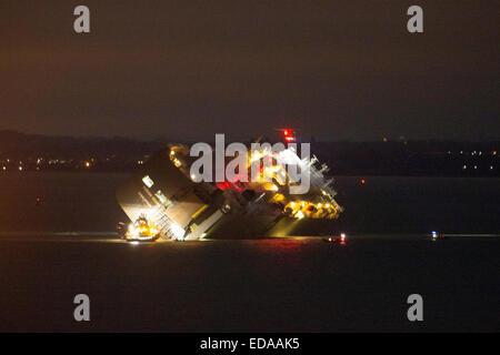 Der Solent, Hampshire, UK, 4. Januar 2015. Airsea Rettungsboote Helicopetr und Leben sind in Attendence, Car Carrier - Stockfoto