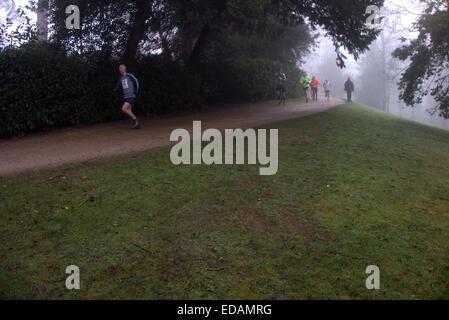 Alamy Cliveden an einem nebligen & frostigen Januar Morgen statt der Burnham Jogger ihre jährliche 10k laufen, nicht - Stockfoto