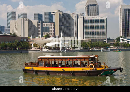 Ausflugsschiff auf dem Singapore River, die Skyline von Singapur, Marinabay, Esplanade drive - Stockfoto