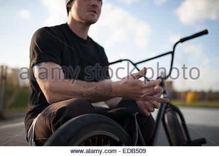 Porträt von Bmxer im Skatepark sitzen auf Fahrrad - Stockfoto