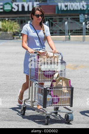 Lea Michele geht einkaufen mit Sonnenbrille und ein schwarz / weiß abgespeckte Kleid vor der Fourth Of July Urlaub - Stockfoto