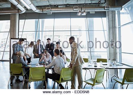 Business-Leute treffen um einen Laptop im Konferenzraum - Stockfoto