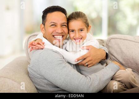 liebender Vater, sitzen auf der Couch mit seiner hübschen Tochter - Stockfoto