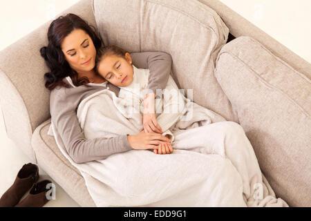 kleines m dchen mit teddyb r und schnuller im mund auf sofa schlafen stockfoto bild 310507299. Black Bedroom Furniture Sets. Home Design Ideas