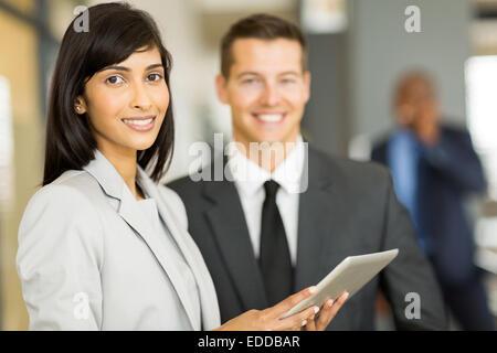 schöne junge indische Geschäftsfrau mit Mitarbeiter - Stockfoto