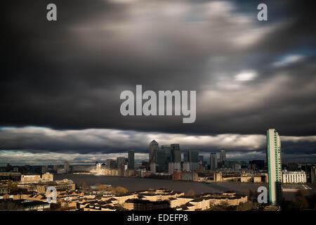London, UK. 6. Januar 2015.  UK-Wetter. Schnell bewegenden Gewitterwolken über Canary Wharf Gebäude Credit: Guy - Stockfoto