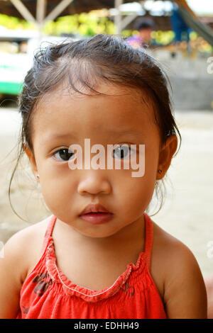 Ein Porträt der schöne kleine Asiatin mit unschuldigen Augen - Stockfoto