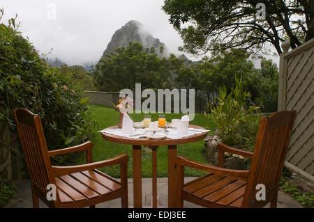Belmond Sanctuary Lodge - Hotel in Machu Picchu in Peru. Das Frühstück im Garten hinter dem Haus eines der Zimmer - Stockfoto