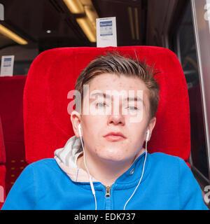 Einem 14 Jahre alten Jungen in einem Zug in Großbritannien Reisen - Stockfoto