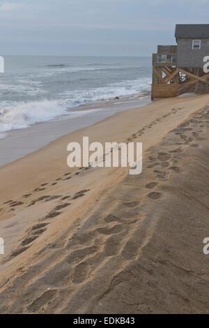 Ansicht eines aufgebauten Ozean Barriere aus Sand und ein Gebäude aufgebaut, aus dem Boden mit Sandsäcken vor den - Stockfoto