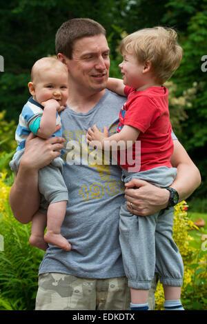 Ein Vater mit seinen beiden Söhnen. - Stockfoto