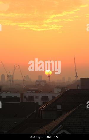 Aussehende SW von in der Nähe von Tower Bridge in Southwark, SE London, bei Sonnenuntergang, generische urbane Stadtbild - Stockfoto