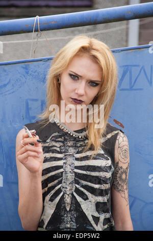 Frau Gothic Blond Durchbohrt Lippe Stockfoto Bild