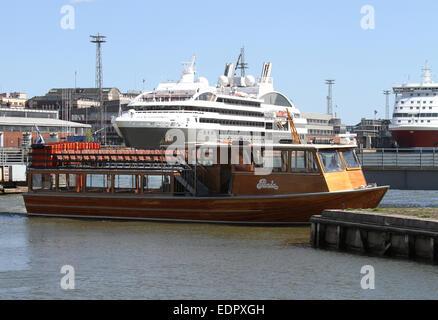 Sightseeing-Boot im Hafen von Helsinki - Stockfoto