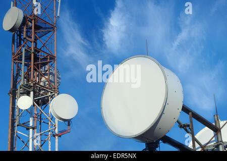Telekommunikation Mast TV-Antennen mit blauem Himmel am Morgen - Stockfoto