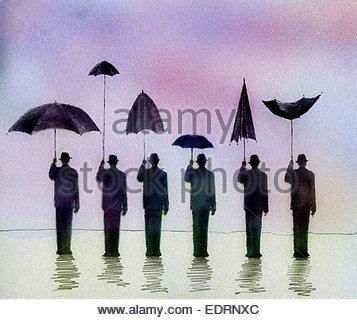 Mann, die bergende unter Dach nebeneinander mit Männern hält verschiedene nutzlos Sonnenschirme - Stockfoto