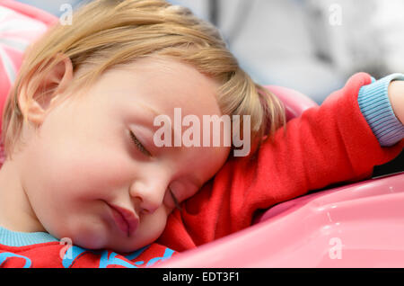 Niedliche Babyjungen schlafen in einem Hochstuhl - Stockfoto