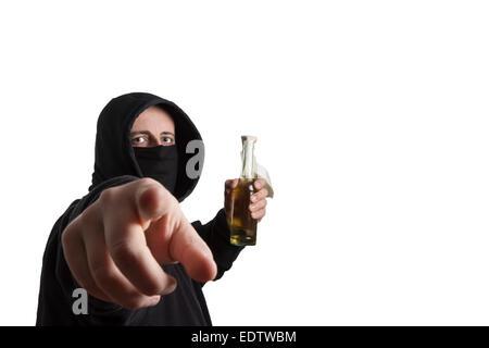 Vermummte Mann im schwarzen Kleid hält einen Molotow-Cocktail in die ...