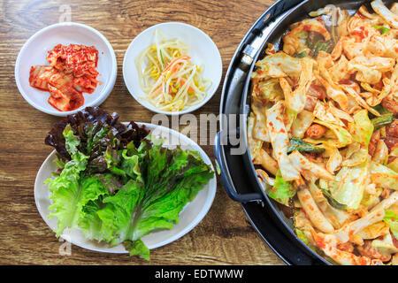 Koreanisches Essen zu komponieren, Kimchi, frischem Salat, Sojasprossen und kurz angebratenes Gemüse mit Huhn auf - Stockfoto