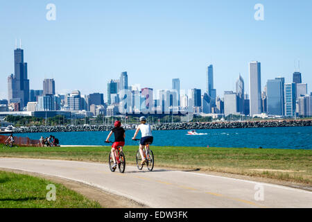 Chicago Illinois South Side Lake Michigan 39th Street Beach Lakefront Trail Frau Freunde Biker Fahrrad Stadt Skyline - Stockfoto