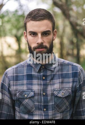 Hipster Mann Porträt im Freien. Mann sucht in die Kamera. Stockfoto