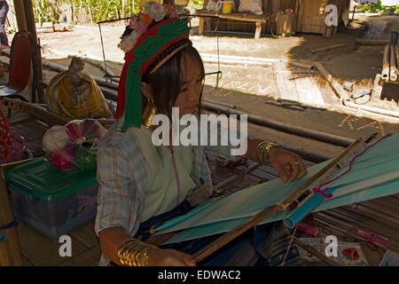 Langer Hals Hügel Stamm Frau weben in der Nähe von Chiang Rai in Nordthailand - Stockfoto