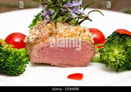 Nahaufnahme von gerösteten Sattel des Lammes mit Kruste Brot - Stockfoto