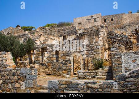 Ruinen auf der kretischen Insel Spinalonga, eine defensive Insel, die als eine Leprakolonie genutzt wurde. - Stockfoto