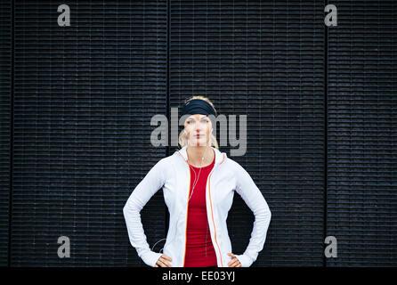 Porträt von attraktiven jungen Frau schauen zuversichtlich in Sportbekleidung. Weibliche Läufer im Freien. - Stockfoto