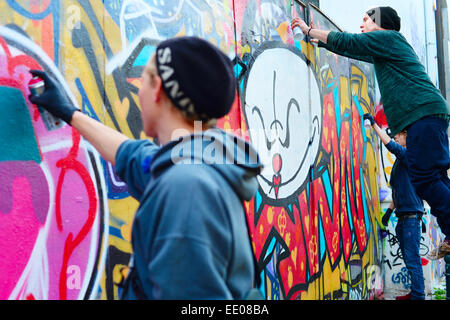 Jungen Malen Graffiti An Der Wand In Lissabon Stockfoto Bild