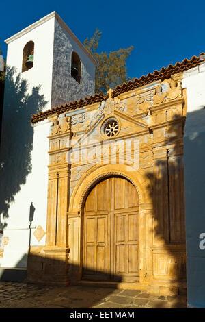 Glockenturm und reich verzierte Eingangstor des 17. Jahrhundert Kirche von Nuestra Senora De La Regla, Pajara, Fuerteventura, - Stockfoto