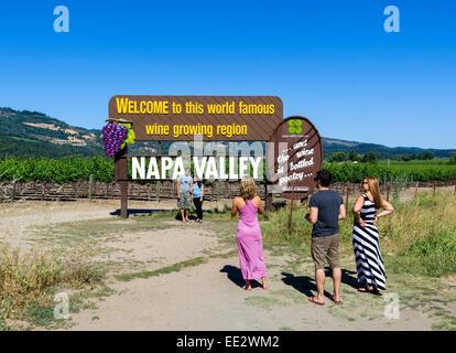 Touristen fotografieren vor der Begrüßung zu unterzeichnen, nördlich von St. Helena, Napa Valley, Wine Country, - Stockfoto