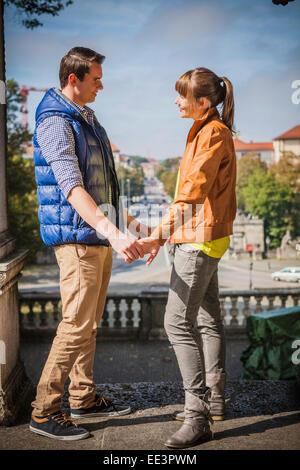 Junges Paar Hand in Hand, München, Bayern, Deutschland - Stockfoto