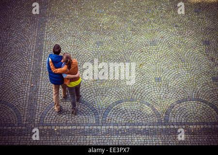Junges Paar, umarmen, München, Bayern, Deutschland - Stockfoto