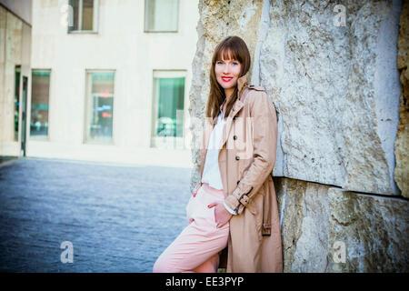 Porträt der jungen Frau im Freien, München, Bayern, Deutschland - Stockfoto