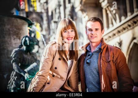 Porträt des jungen Brautpaares am Marienplatz, München, Bayern, Deutschland - Stockfoto