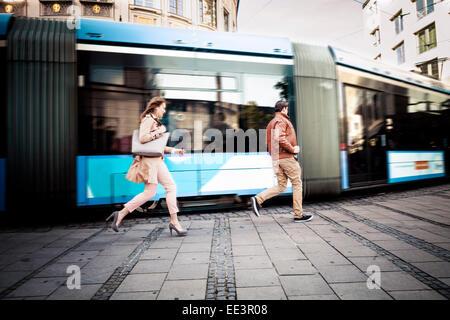 Junges Paar nachlaufen Seilbahn, München, Bayern, Deutschland - Stockfoto