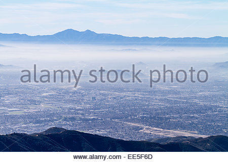 Blick auf Smog über San Bernadino Valley und Gebirge - Kalifornien - USA - Stockfoto