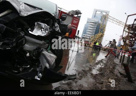 Moskau, Russland. 14. Januar 2015. Ein Blick auf ein Auto mit einem eingestürzten Turmdrehkran auf dem Gelände der - Stockfoto