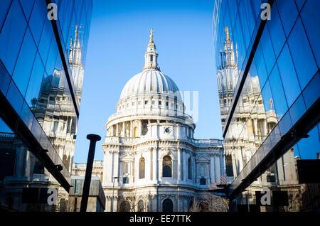 Die St Paul's Kathedrale, spiegelt sich in dem Glas von einem neuen Einkaufszentrum. Stadt von London, Großbritannien