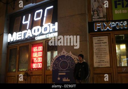 Moskau, Russland. 14. Januar 2015. Ein digitales Schild mit aktuelle Temperatur 4 ° C (39 ° F) auf die Gebäude der - Stockfoto