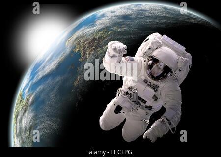 Künstlers Konzept eines Astronauten im Weltraum schweben. Ein erdähnliche Planeten sieht Sonnenaufgang im Hintergrund. - Stockfoto